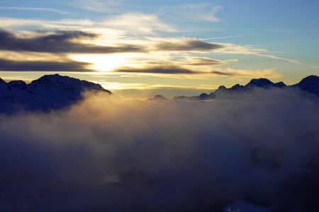 Sunset in the winter mountains, beautiful landscape Standard-Bild