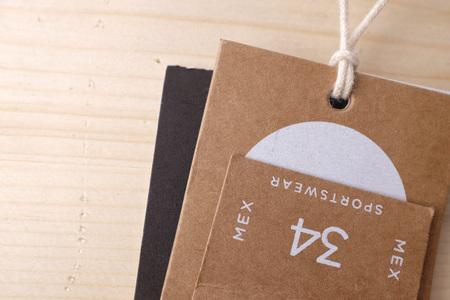 Kleidung Etiketten auf Holz Vintage Hintergrund