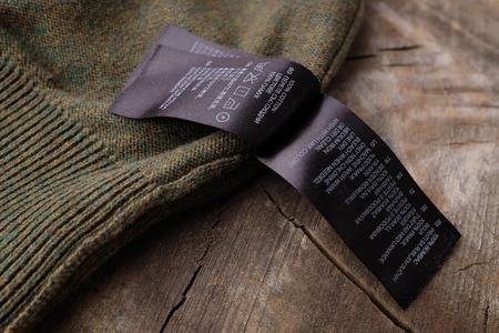Bekleidung Etiketten auf Holz Jahrgang Hintergrund