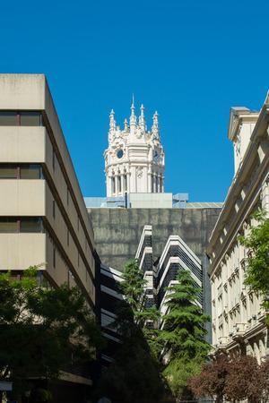 oficina antigua: Palacio de Comunicaciones, actual Ayuntamiento de Madrid, Previamente, Palacio de Comunicación, Centro Edificio de Correos, la torre del reloj por detrás, Madrid, España Editorial