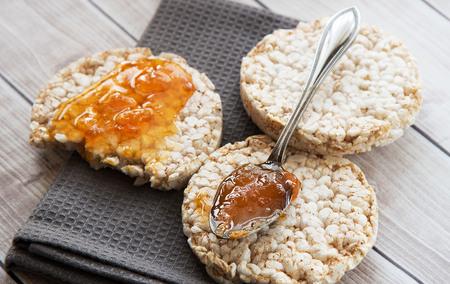 Salute Colazioni di riso con marmellata di albicocche Archivio Fotografico - 78209012