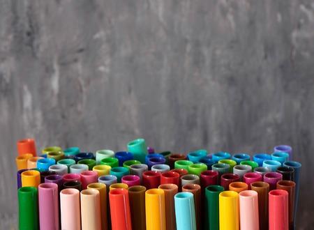 Una serie di pennarelli colorati, con un posto per lo spazio della copia su sfondo grigio.
