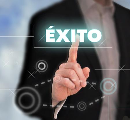 Empresario presionando botón de éxito en español. Foto de archivo - 75084505