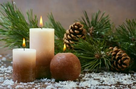 velas de navidad: Tres velas y ramas de pino con conos