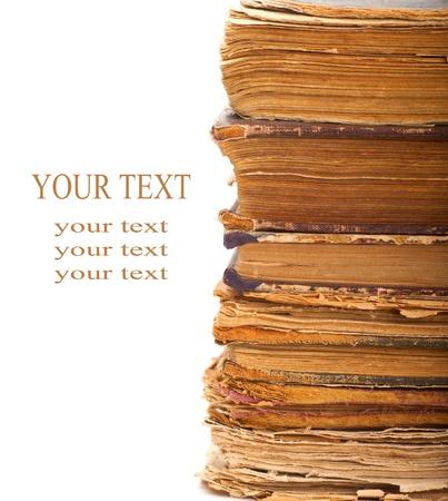 libros antiguos: Pila de viejos libros sobre un fondo blanco