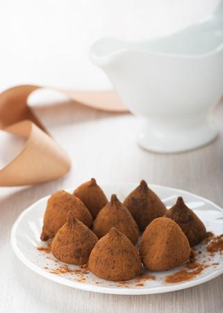 truffe blanche: Truffes au chocolat sur une plaque blanche sur la table