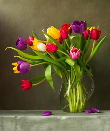 Naturaleza muerta con tulipanes de colores