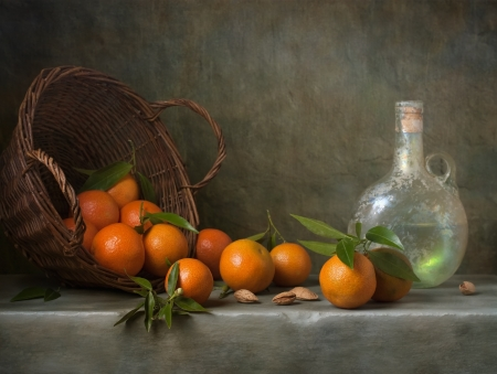 canasta de frutas: Bodeg�n con mandarinas y una botella de antig�edades Foto de archivo