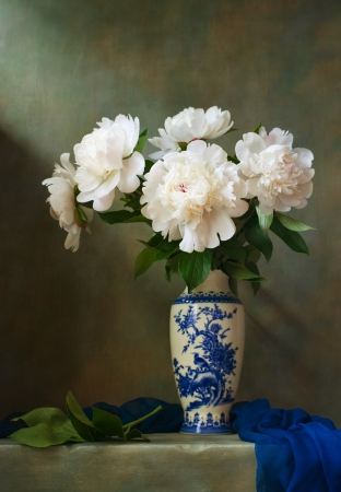 pfingstrosen: Stillleben mit wei�en Pfingstrosen in einem chinesischen Vase Lizenzfreie Bilder