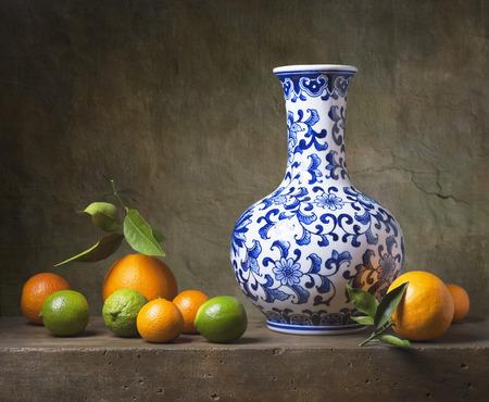 Naturaleza muerta con jarrón chino y fruta Foto de archivo