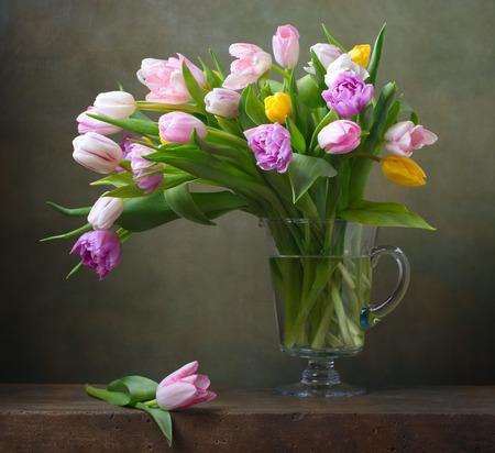 Stilleben mit bunten Tulpen