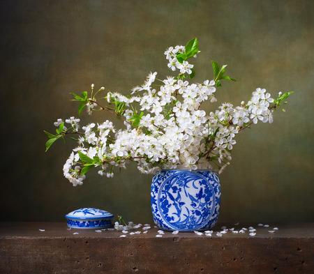 중국 꽃병에 벚꽃의 꽃다발 아직도 인생