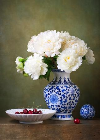 pfingstrosen: Stillleben mit weißen Pfingstrosen in einem chinesischen Vase Lizenzfreie Bilder