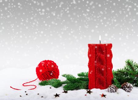 velas de navidad: Navidad vela roja y la rama de abeto en la nieve Foto de archivo