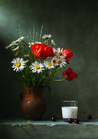 ケシの花とデイジーのある静物