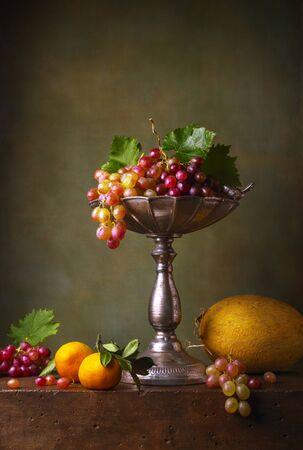 Nature morte aux raisins, mandarines et melon