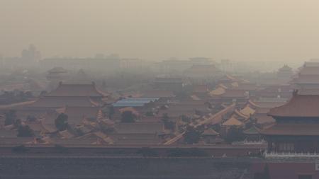 Hoog en breed hoek horizontaal schot van de Verboden Stad in Peking China, op een mistige dag. Stockfoto - 92546318