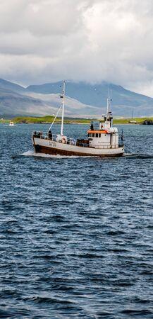 fishing vessel on the way to port 版權商用圖片