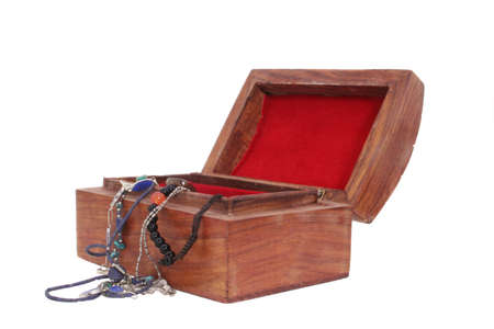 Sieraden en houten kistje uit het Midden-Oosten. Geïsoleerd op witte achtergrond