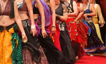 Rij van Belly Dancers Preforming op een festival Stockfoto