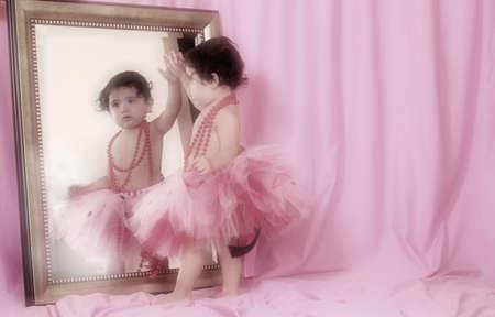 핑크 배경으로 거울을보고 투투에 어린 소녀 스톡 콘텐츠 - 5496294