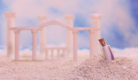 Tropical Beach With Roman Style Ruins and Message in Bottle Banque d'images