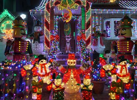 case colorate: Esterne di Natale Decorazioni di Natale - Pupazzo di neve e schiaccianoci accende casa Archivio Fotografico