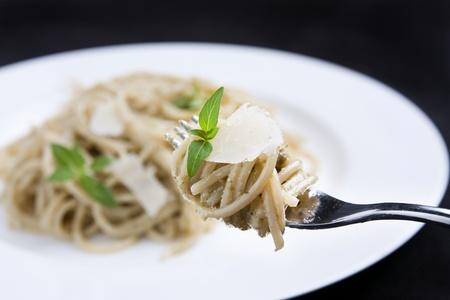 Espagueti con pesto y queso parmesano Foto de archivo - 10797886