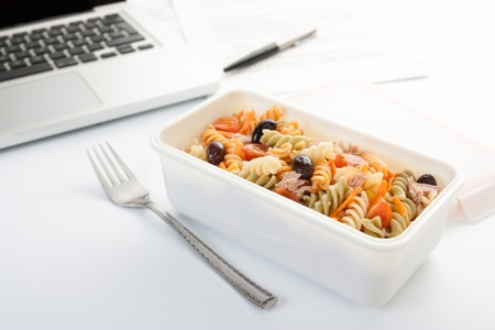 privat: Eating a pasta salad with vegetables and tuna in the office