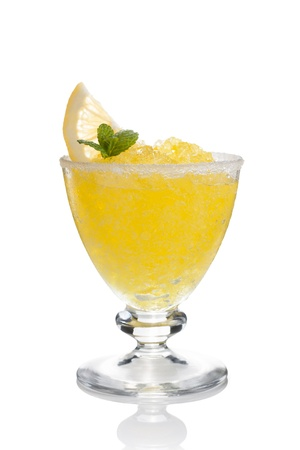 slush: Citron tasses d�cor�es barbotine � la menthe isol� sur blanc Banque d'images