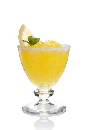 sorbet: Lemon slushie tazas decoradas con menta aislado en blanco Foto de archivo