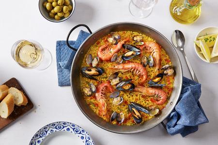 pescados y mariscos: T�pica paella de mariscos espa�oles en el molde tradicional