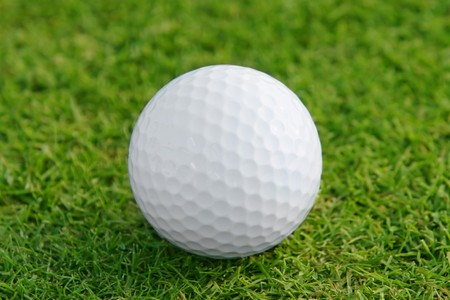 Golf ball: Pelota de golf en el green. Someras DOF, se centran en la pelota. Foto de archivo