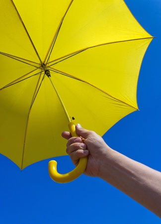 yellow umbrella under blue sky Banque d'images