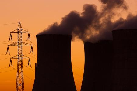nuke plant: Planta de energ�a nuclear durante la puesta de sol