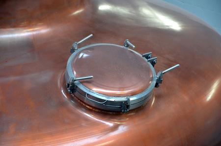 distillation: dispositivo de bloqueo en la parte superior de la destilaci�n de vinos sigue