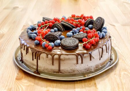 layer-cake with chocolate top and fruits photography 版權商用圖片