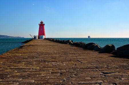 long pier of Poolbeg lighthouse Dublin port 版權商用圖片
