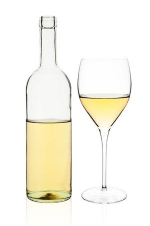 white wine bottle: Elegante botella de vino blanco transparente y vidrio aisladas sobre fondo blanco.
