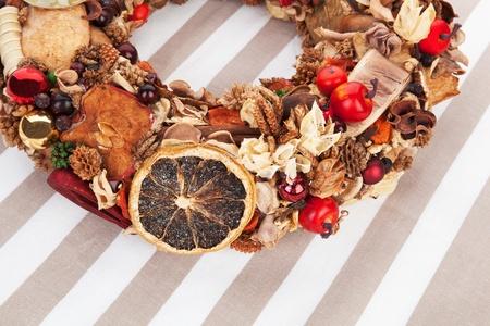 corona navidad: Natural corona de Navidad con decoraci�n variada. Foto de archivo
