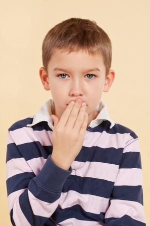 violencia intrafamiliar: Joven con ojo negro y la mano sobre su boca aislado. Concepto de violencia dom�stica. Don Foto de archivo