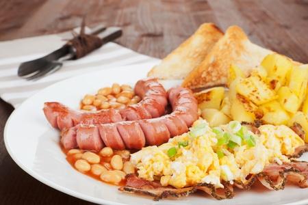 scrambled eggs: Embutidos desayuno ingl�s, las habas, tocino, papas y huevos revueltos comer tradicional