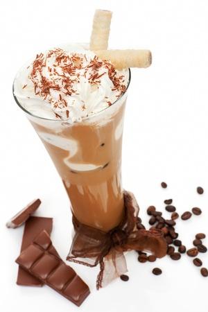 Luxuriöse leckeren Eiskaffee mit Schaum mit Schokolade und Kaffeebohnen auf weißem Cool Summer Drink Konzept isoliert Standard-Bild