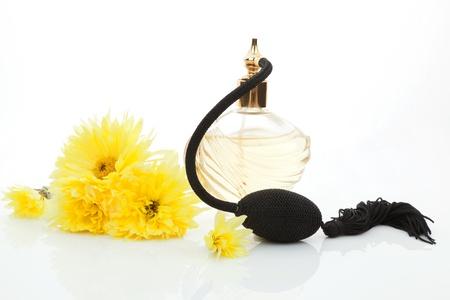 f�minit�: Parfums et fleurs isol� sur fond blanc. F�minit�, la beaut� et le concept de l'amour. Banque d'images