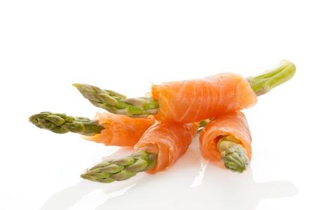 asperges: Culinaire zeevruchten achtergrond Asperges omwikkeld met rauwe zalm
