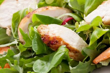 가금류: 닭고기와 양상추, 신선한 여름 배경 건강한 식사와 신선한 그린 샐러드 스톡 사진
