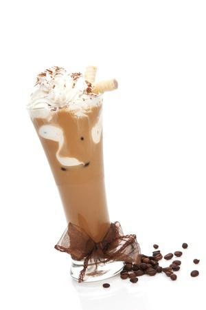 zomers drankje: Heerlijke ijs koffie met bruin lint en koffie bonen geà ¯ soleerd op wit. Verfrissende zomer drinken. Stockfoto