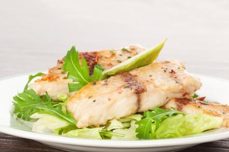 Rustic Terrace 16989234-filete-de-pescado-a-la-plancha-con-ensalada-fresca-aguacate-y-especias-coloridas-en-la-placa-blanca-
