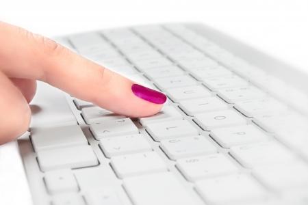Kvinna finger med röd nagel röra silver och vitt tangentbord, selektiv fokusera Helpdesk koncept Stockfoto