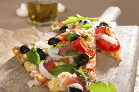 stile country: Delizioso pezzo pizza con condimenti vari da vicino. Tradizionale rustico, stile pizza paese mangiando sfondo.